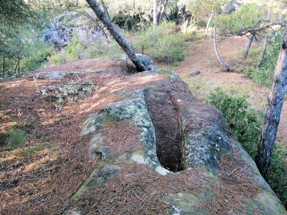 Aquesta imatge té l'atribut alt buit; el seu nom és 06-Tombes-de-Cal-Garrifes-1.jpg